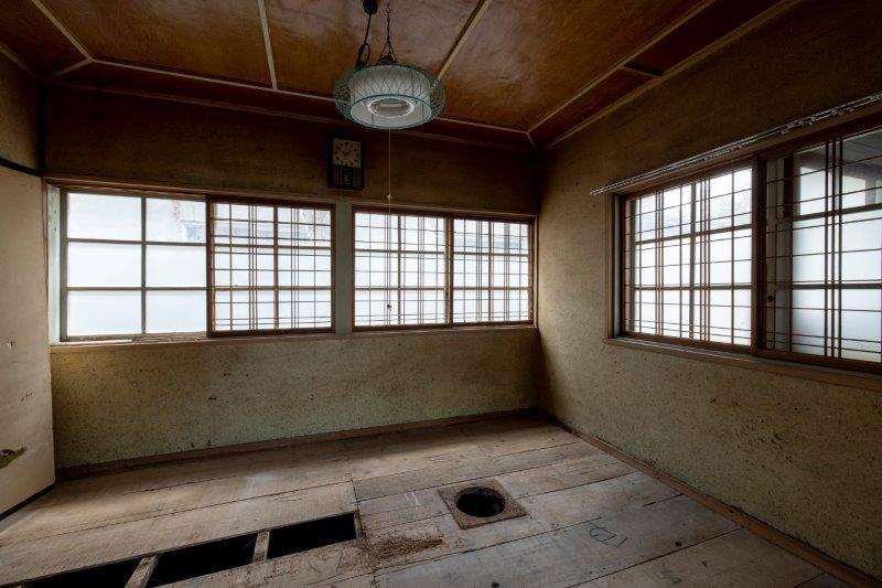 【レトロ棟】2階和室。天井の装飾が気になる。