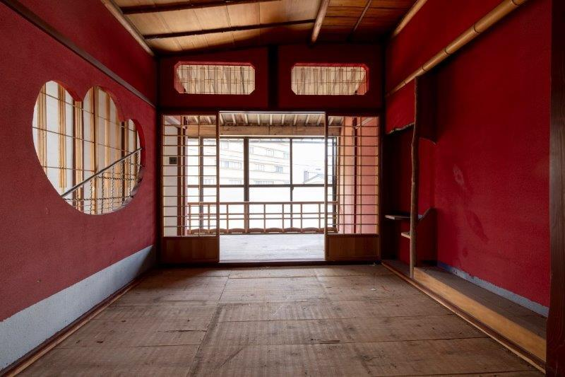 【レトロ棟】2階・弁柄色の和室