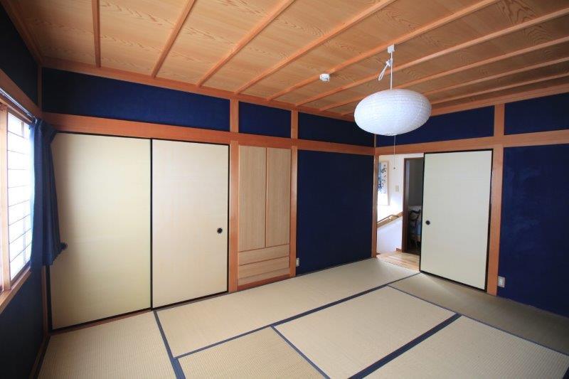 2階和室。群青色風の壁。