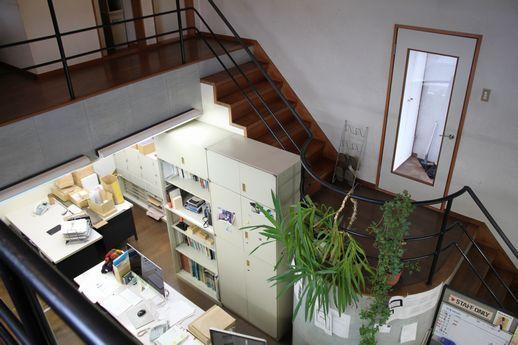 玄関入ってすぐ目の前が、中二階空間。階段踊り場部分が玄関口。