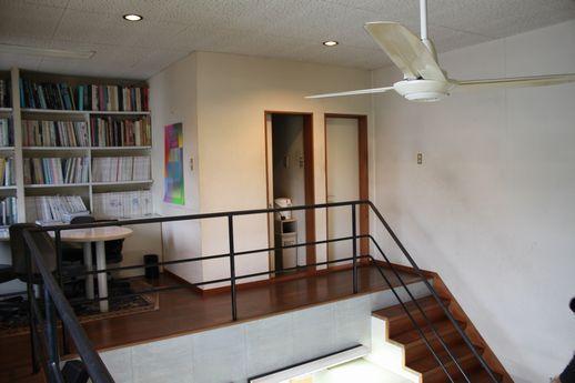 2階の階段上がってすぐ目の前に、給湯室とトイレ。