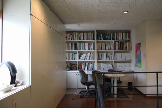 2階コーナー部分は、書棚付き。