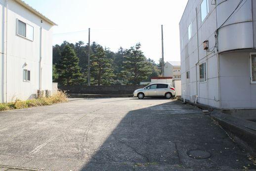 建物隣地にある駐車場。