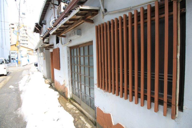 A棟(左側):食堂の面影を残す格子窓