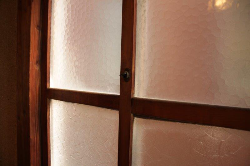 ねじ式鍵のすりガラス。