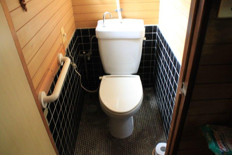 住居部分のトイレ。店舗部分にも和式トイレが1つあります。