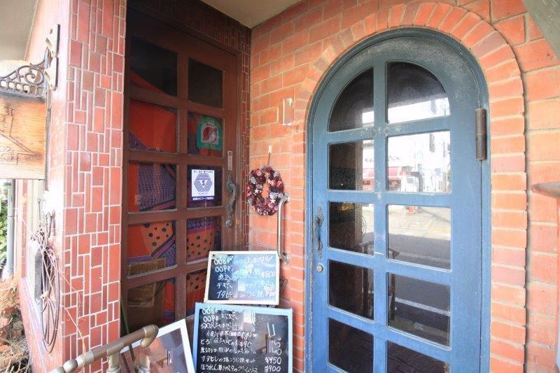 美容室と喫茶店、それぞれに扉があります。