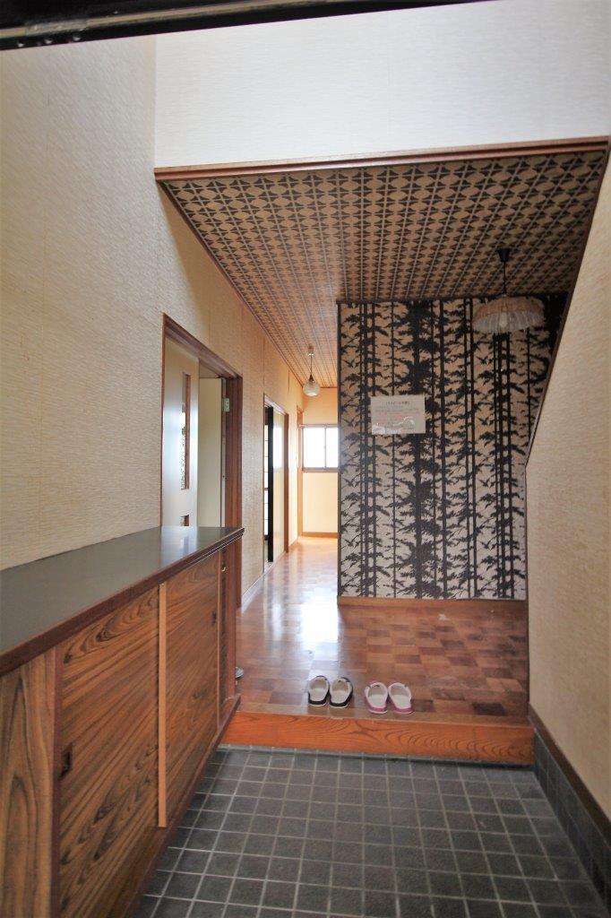 玄関。レトロな壁紙をそのまま生かすのもあり
