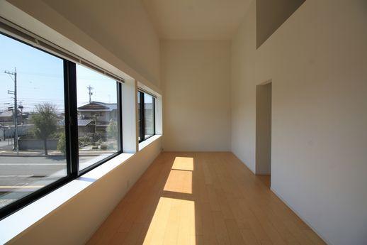 壁一面には窓が。日当たりはとても良好。
