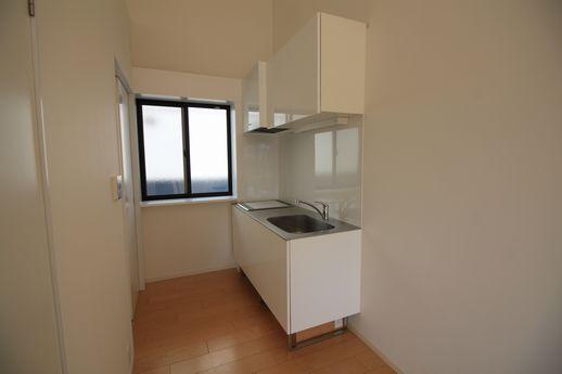 シンプルだけどデザイン性あるキッチンです。コンロはIH。