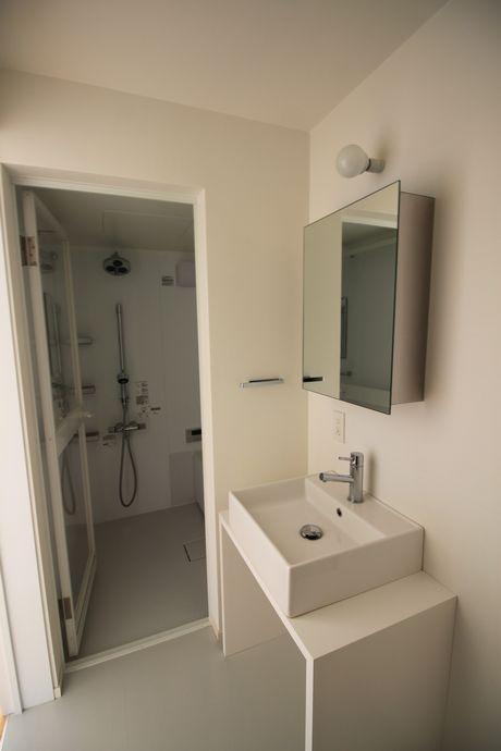 白で統一された清潔感ある洗面台。