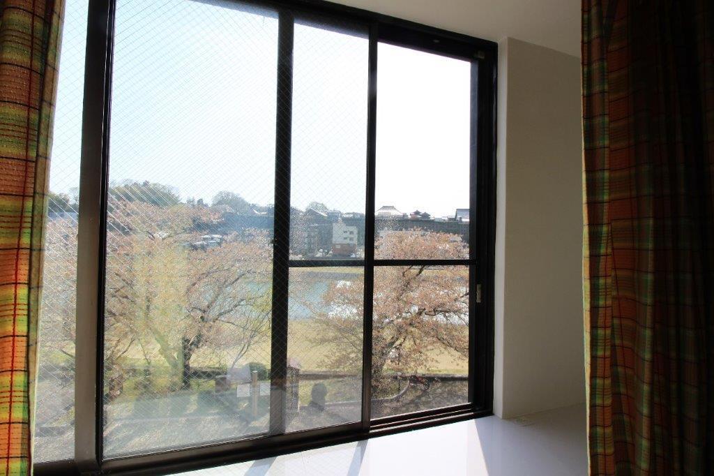 お部屋の目の前には桜並木、河川敷、犀川が広がります