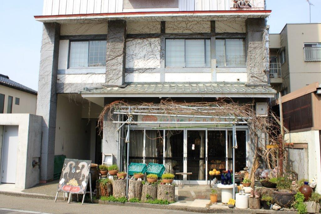 1階には、ピールアートのワークショップが楽しめるギャラリー&カフェ