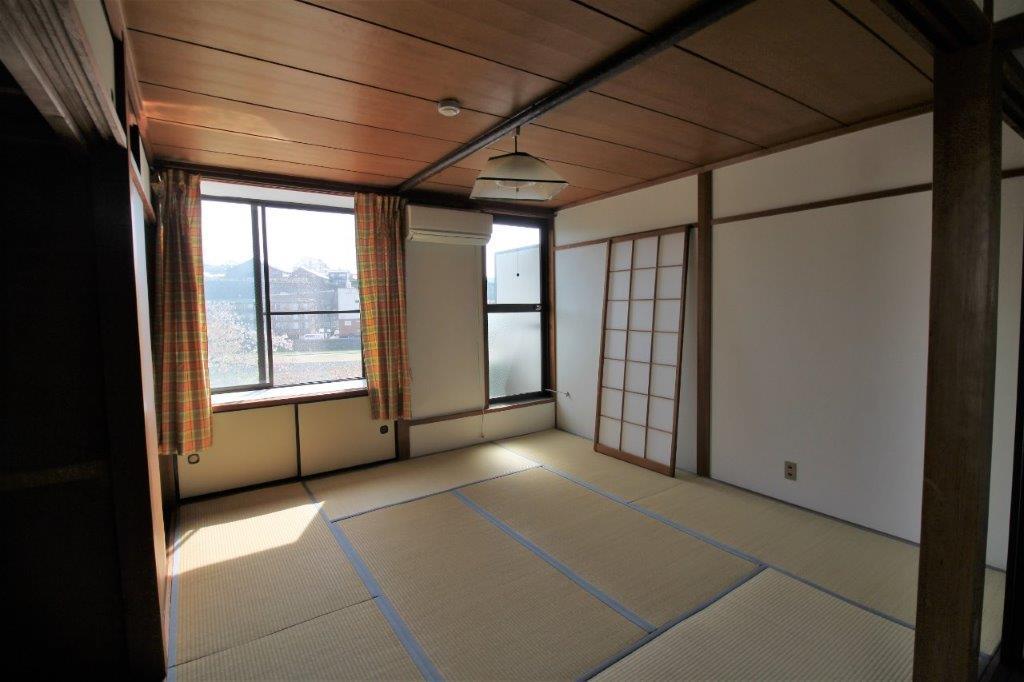 窓から見える川を背景に、日当たりの良い和室8畳。