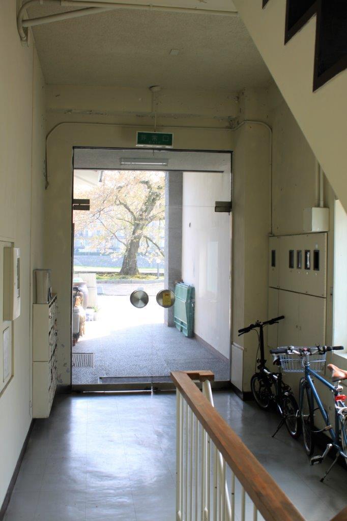 1階エントランス。入口のレトロなガラス扉がかっこいいです。