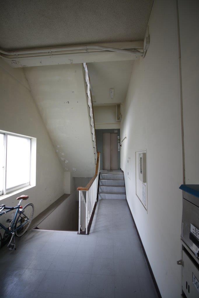 地下へ行く階段と、奥にはエレベーターが。