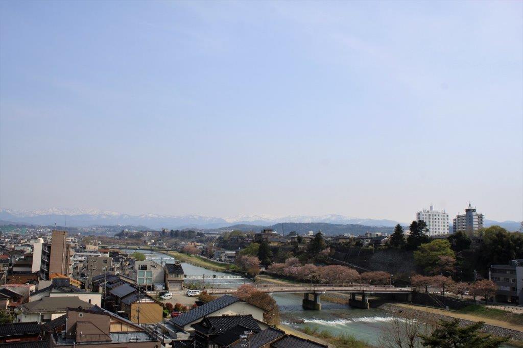 屋上からの眺め。遠くに白山連邦の山々が見えます。