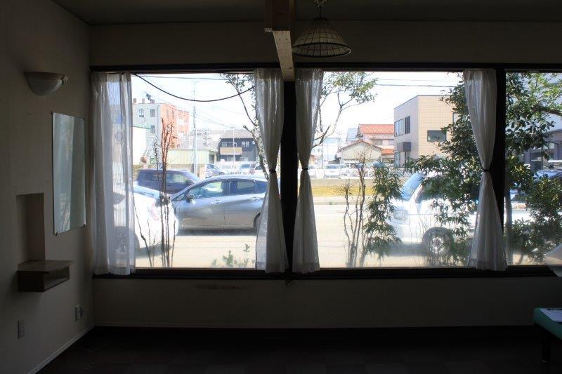 窓は内側から見るとこんな感じ。