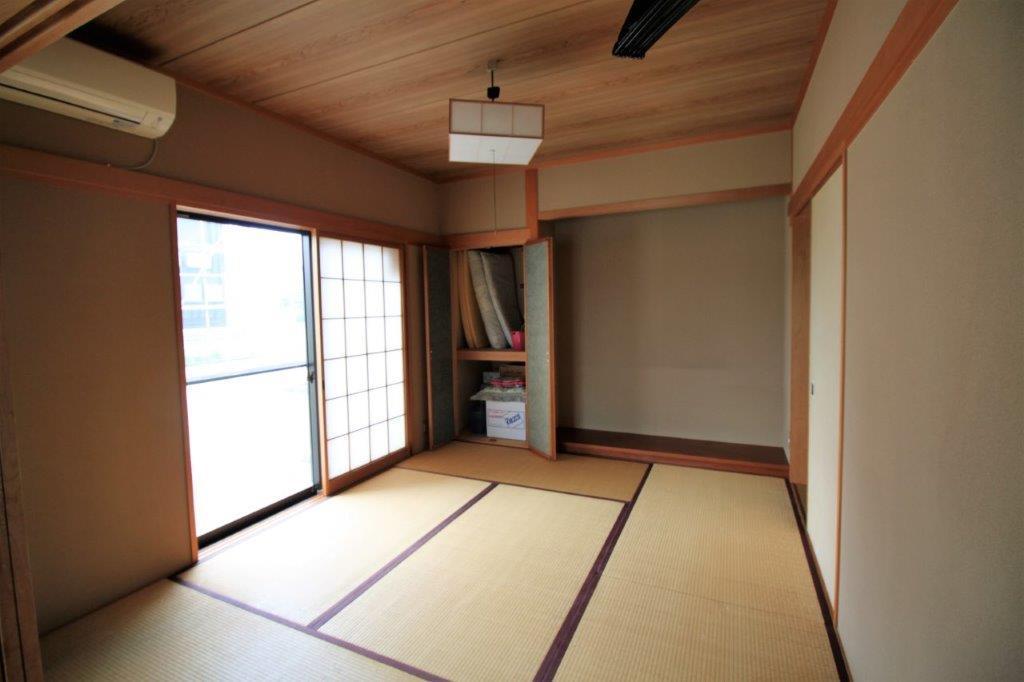 床の間付の6帖の和室。