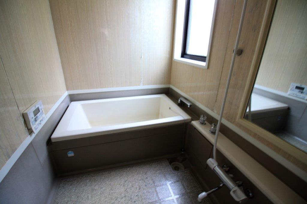 広々としたお風呂。このままでも十分お使いいただけます。
