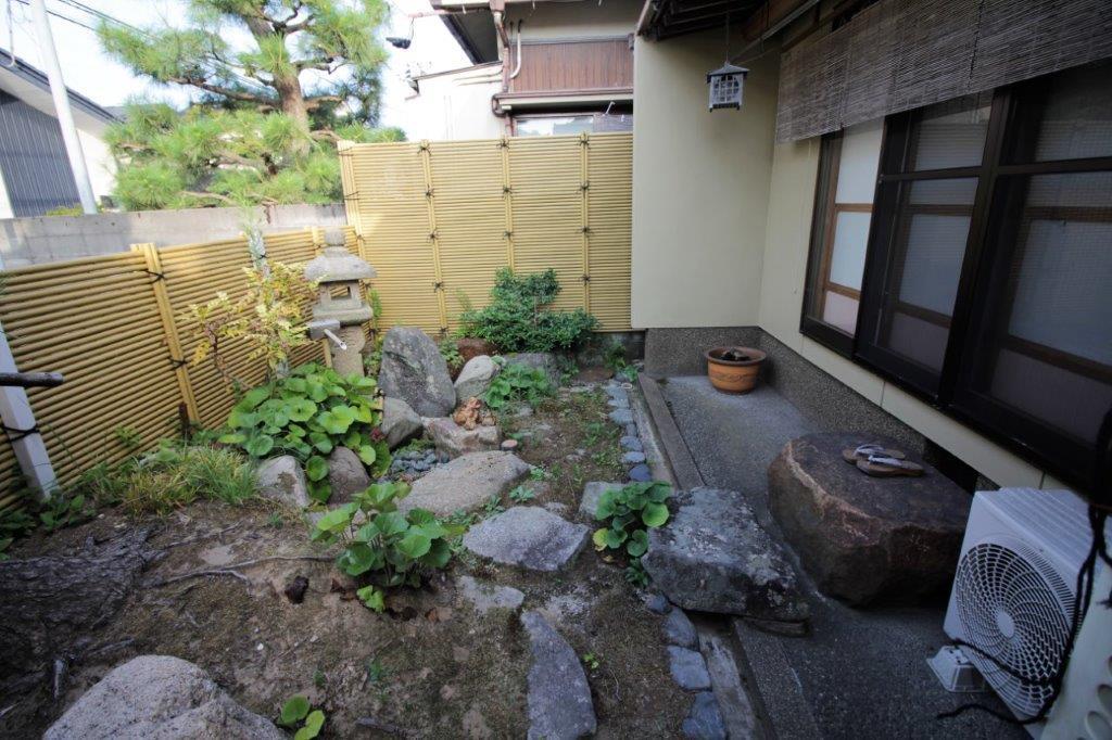 客間の前の庭園。整えてあげれば立派な日本庭園になるかと