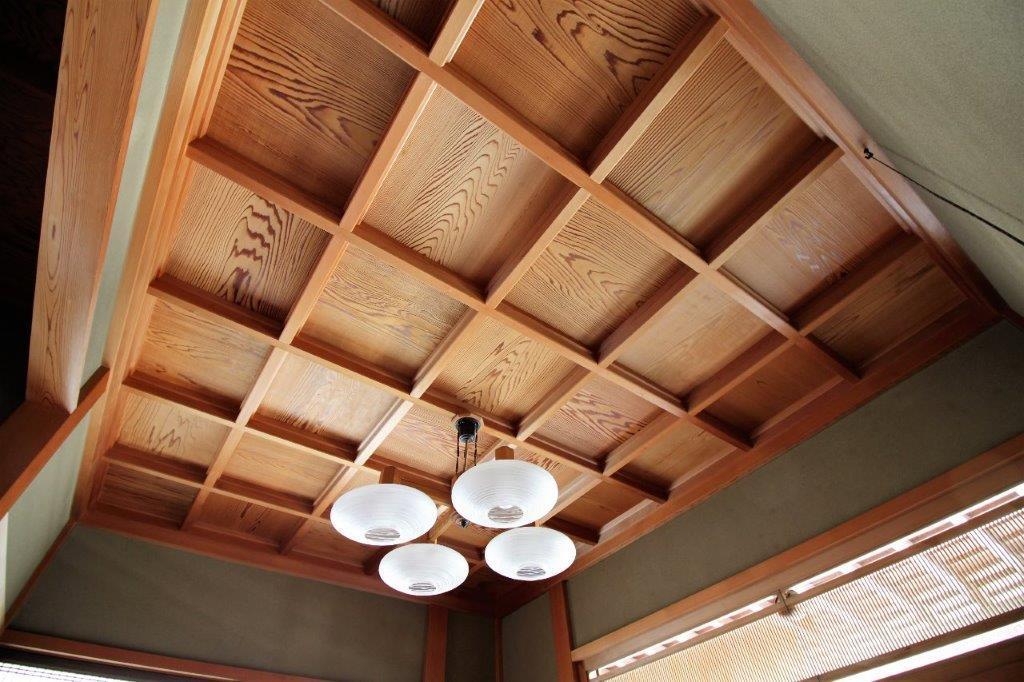 玄関の格天井。木目がまた、良い味出してます。