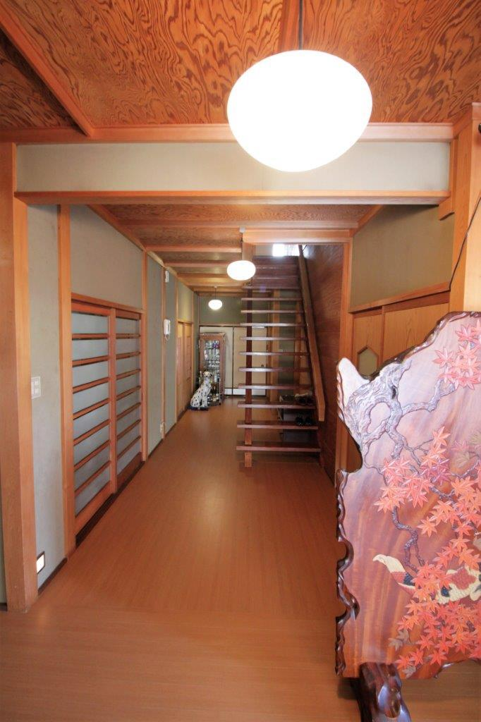 天井の一枚板が美しい開放的な廊下