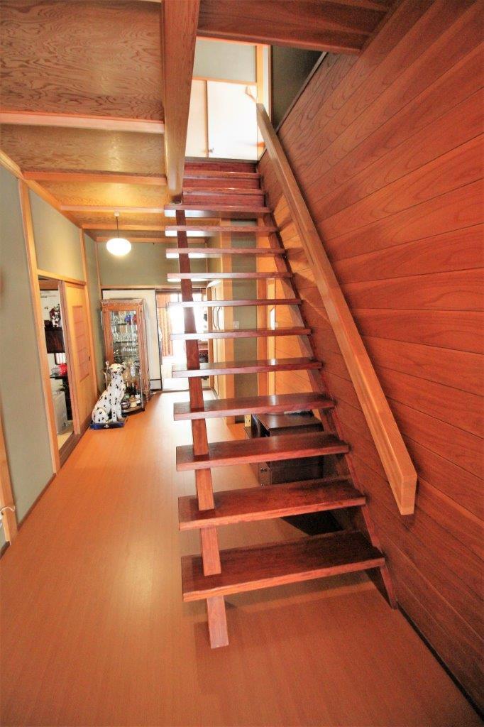 開放的な廊下を邪魔しない蹴込み板なしの階段