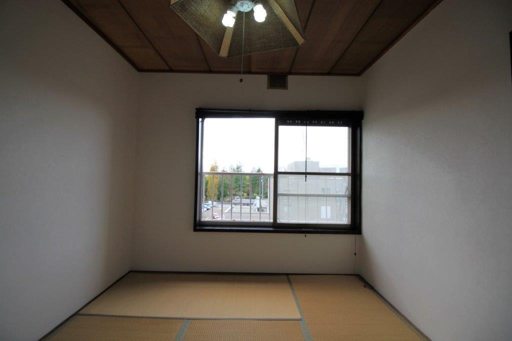 6帖の和室。窓からの緑がきれい。