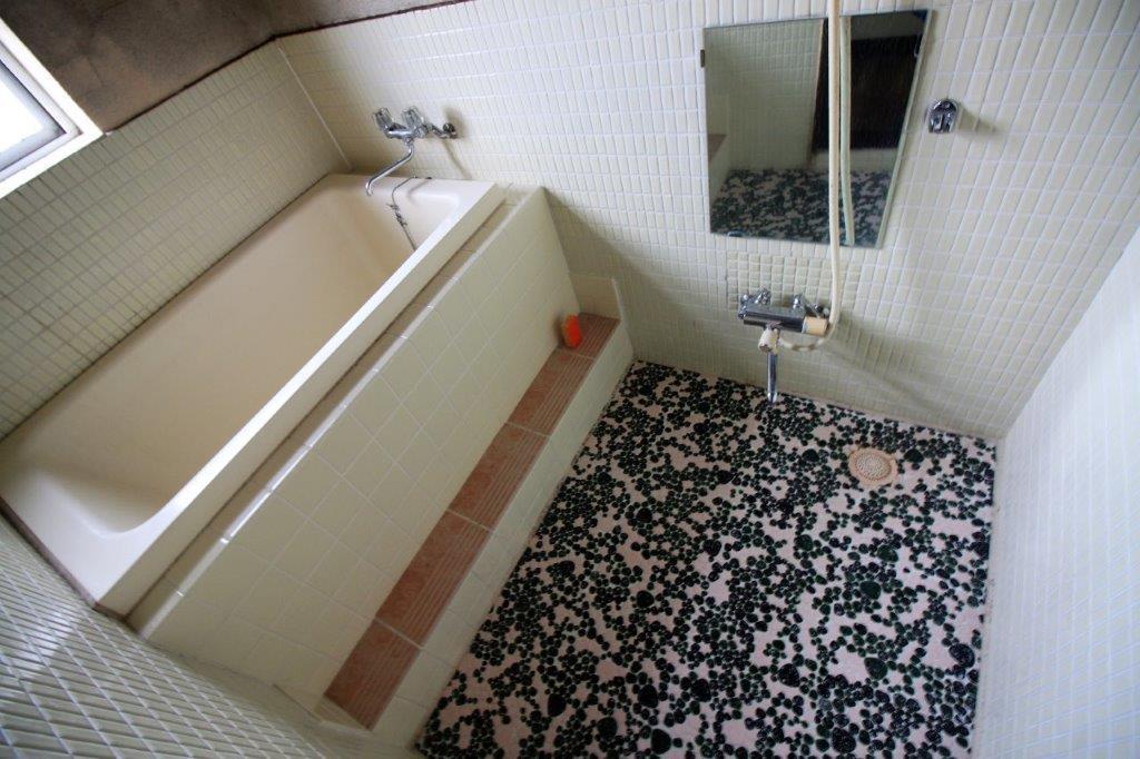 お風呂。特徴的な床タイル。