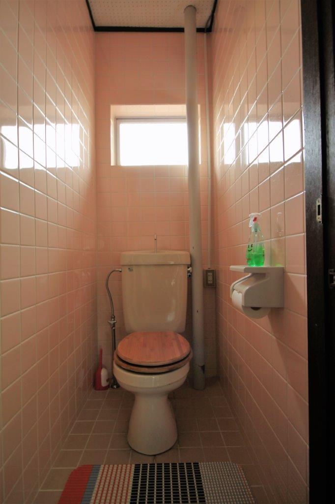 トイレ。窓付き。