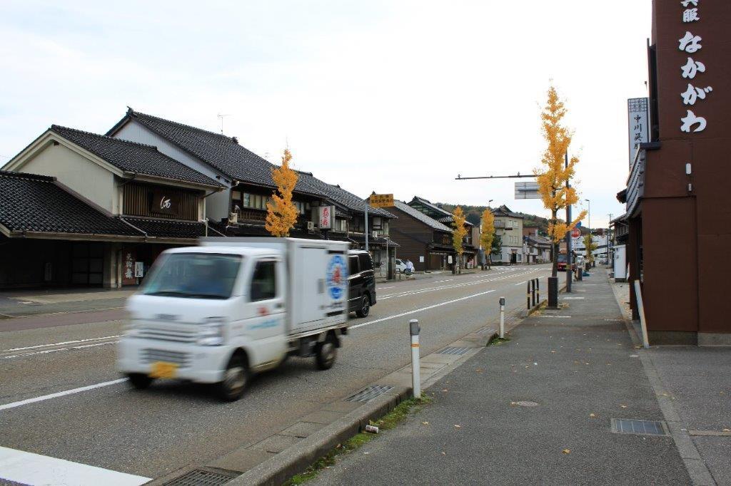 近くの大通り沿いには町家が並ぶ。