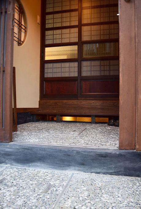 玄関入口は金澤町家らしい趣き。