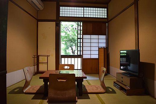 居間の和室部分は落ち着いた内装で。