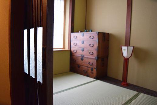 階段上がってすぐの踊場部分の小さな和室。