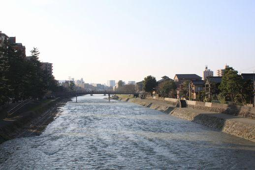 橋の下には浅野川が。やっぱりいつ見ても心地良いです。