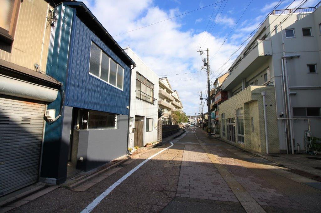 二軒先は明成小学校、目の前には瓢箪湯があります