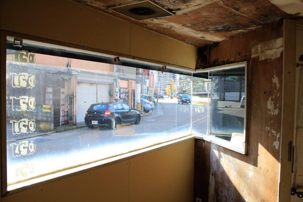 1階店舗:窓は当時のままです。