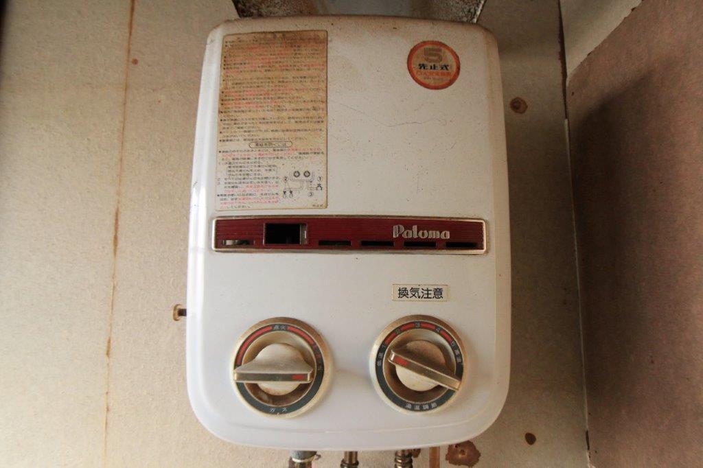 レトロなガス給湯器。撤去もしくはインテリアとして