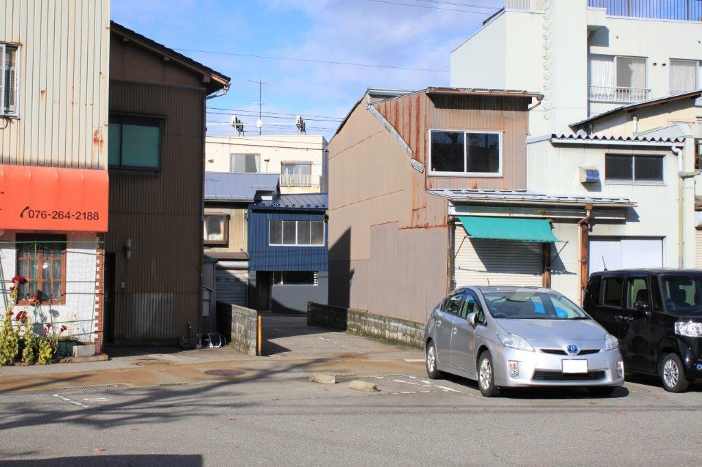駐車場のおかげで、大通りからも見えます。
