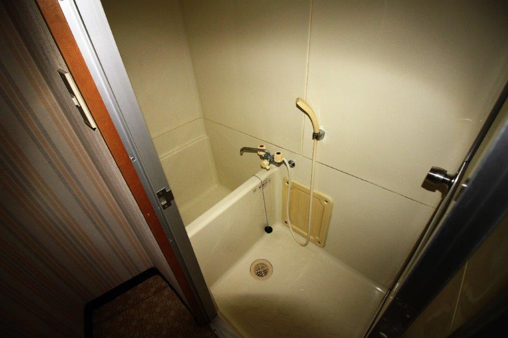約1帖の浴室。激せまです。