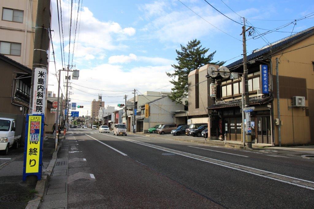 小路の一本手前の大通り。バス停も徒歩2分のところにあります。