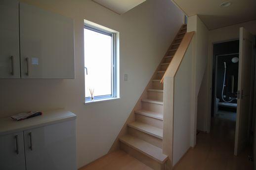 趣味室横の2階へ上がる階段と、奥は脱衣所とお風呂。
