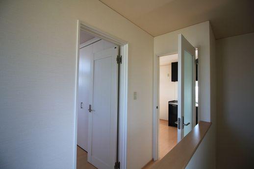 2階上ってすぐの眺め。奥はLDK、左は寝室へ。