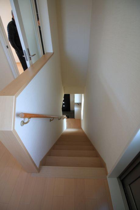 階段上から見た眺め。新築に近いキレイな状態。