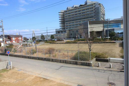 前面道路の向かいは公園と、さらに奥には金沢医科大学病院。