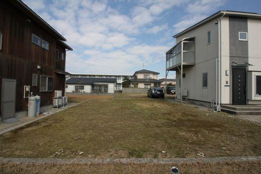 建物背面には家がもう一軒建てられそうなほどの空地が。