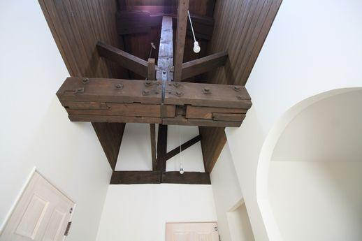 共用部の天井には、剥き出しの大きな梁。