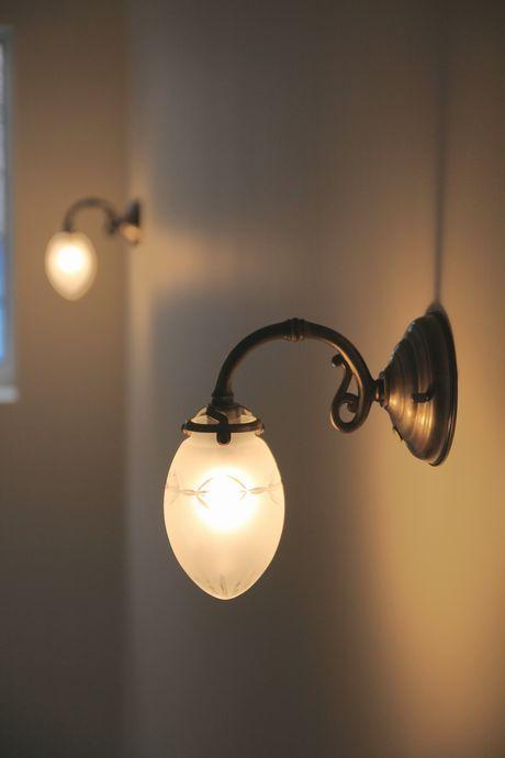 アンティークで統一された共用部階段の照明器具。