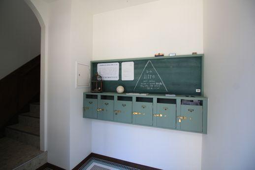 学校の下駄箱をイメージした、共用部ポスト。